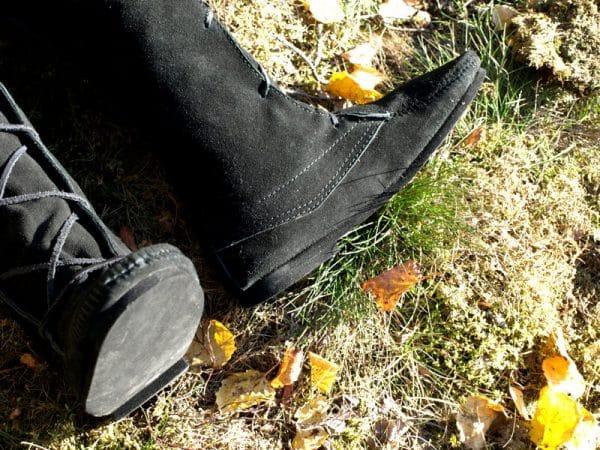 Mustat korkeavartiset kengät
