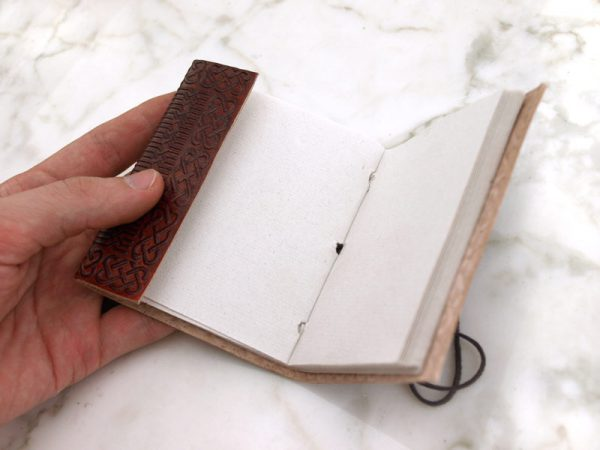 Nahkakantinen pieni muistikirja