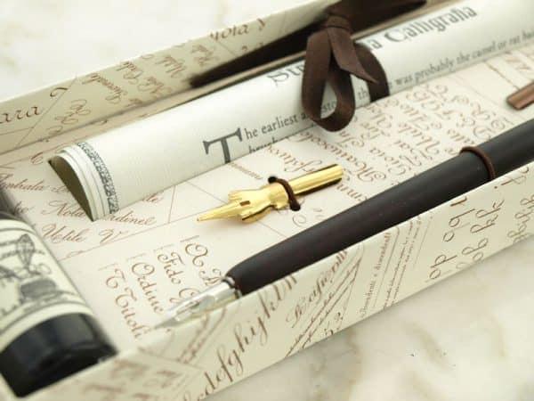 Puinen kalligrafiakynä ja 2 mustetta