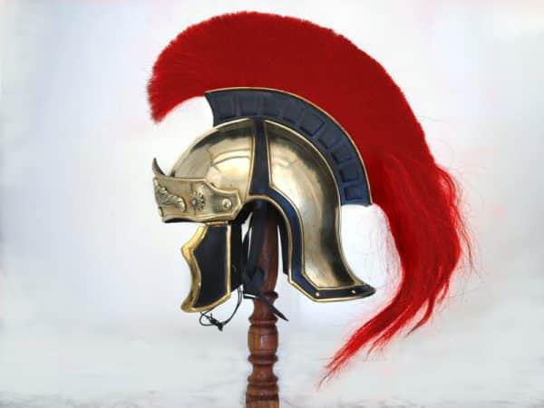 Kreikkalais-roomalainen kypärä punaisella harjalla
