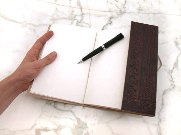 Kohokuvioitu nahkakantinen kirja