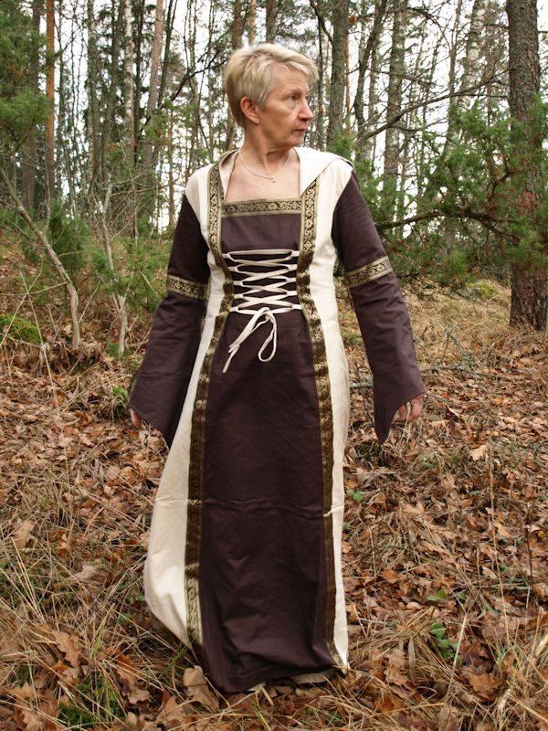 Ruskea mekko hupulla