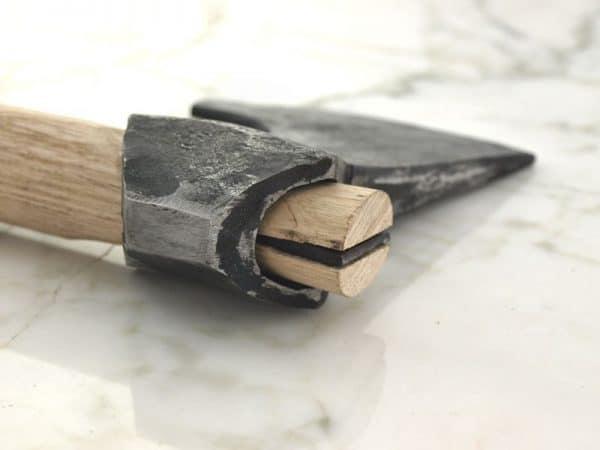 Teräskiila kirveen kärjen kiinnitykseen