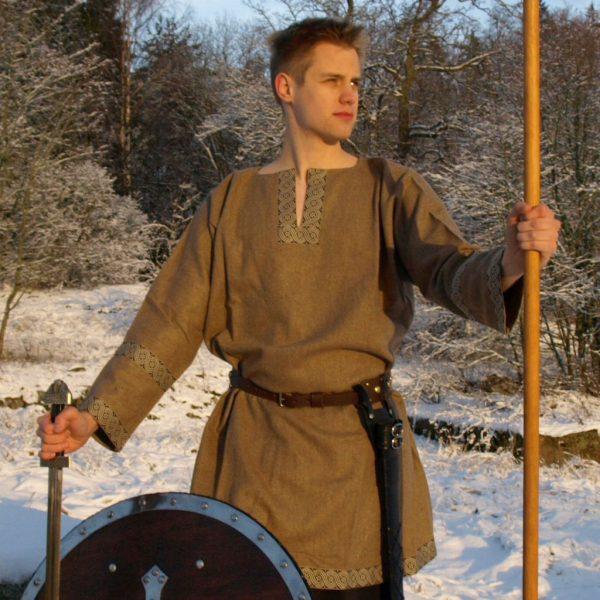 Villainen viikinkitunika, Ruskea